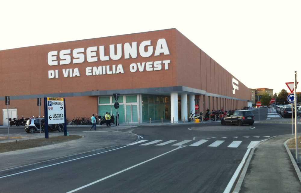 Furto all 39 esselunga di via emilia ovest denunciato un for Questura di reggio emilia permessi di soggiorno